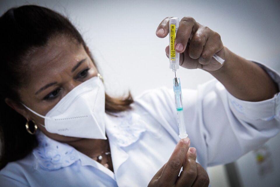 Profissional de saúde do DF manuseando vacina da Pfizer