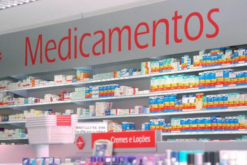 Foto de prateleira com medicamentos