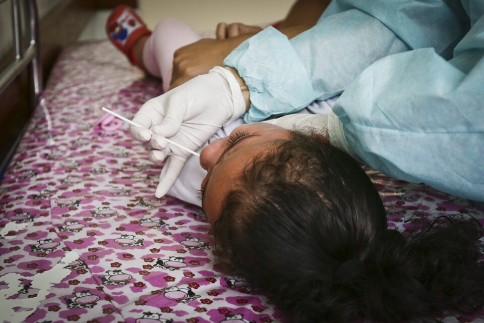 Teste RT-PCR no pronto-socorro pediátrico do Hospital Materno Infantil de Brasília. Foto: Breno Esaki/Agência Saúde-DF
