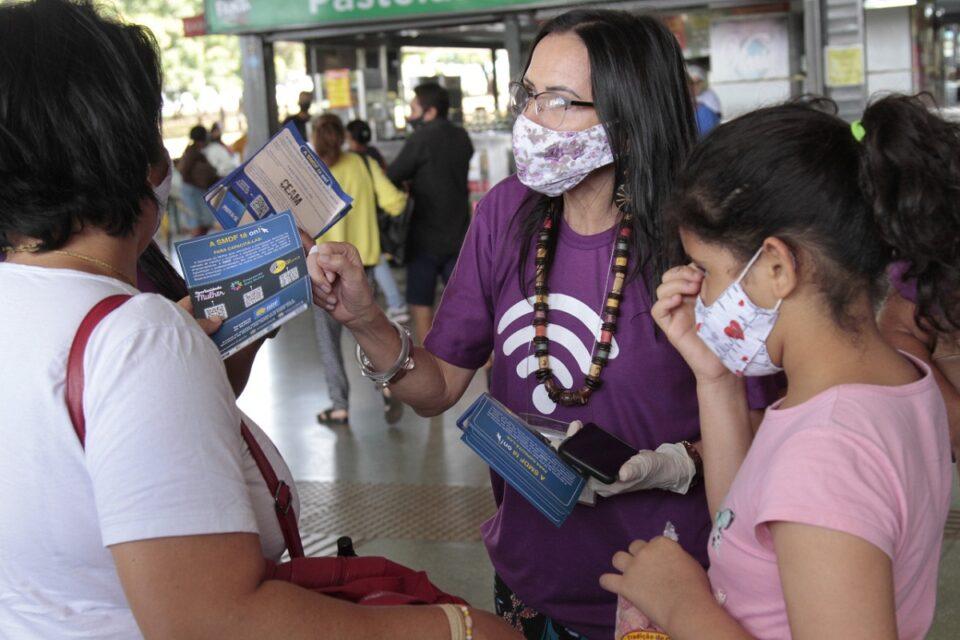 Ação na Rodoviária do Plano Piloto busca facilitar acesso de mulheres à internet