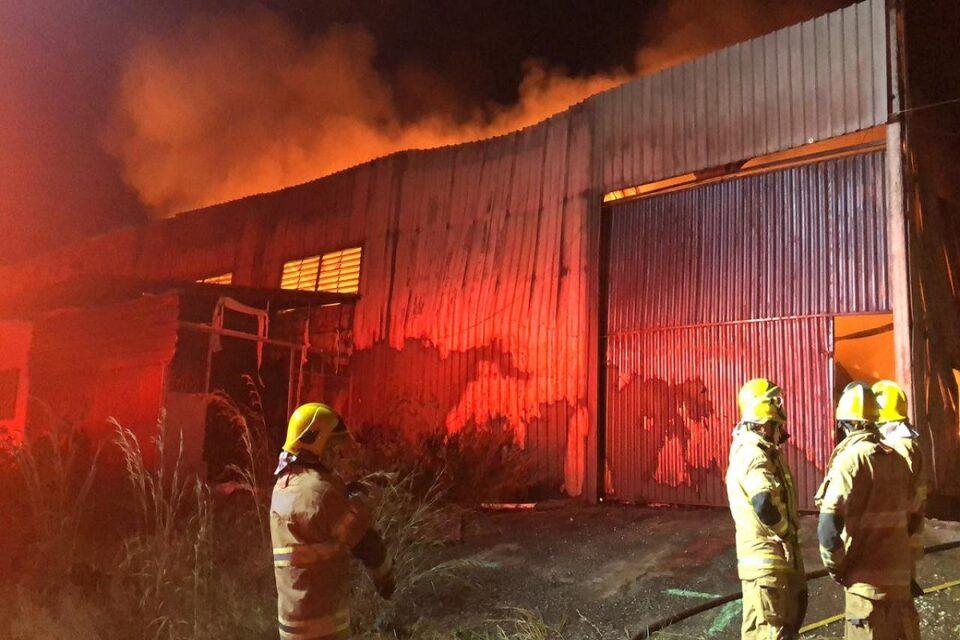 Corpo de Bombeiros do DF apaga fogo em galpão do Santo Antônio do Descoberto, em Goiás