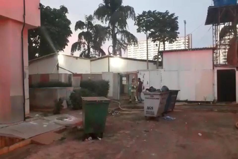 Entulho de madeira pega fogo, no Setor Hoteleiro Sul