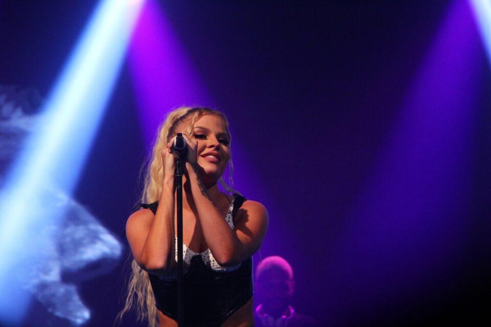 Luiza Sonza em show