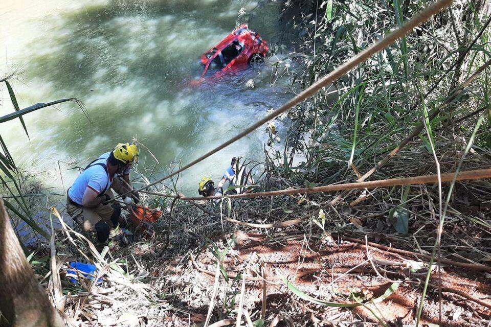 Bombeiros resgatam casal morto dentro de carro em córrego no DF