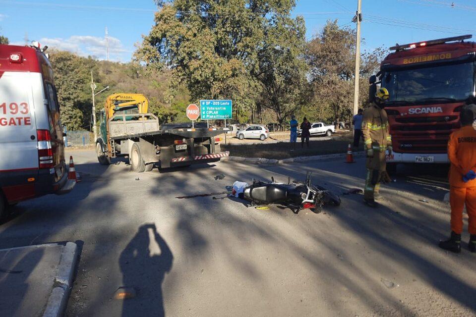 Motociclista morre após colisão entre caminhão no DF