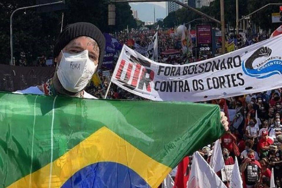 Famosos participam de manifestações