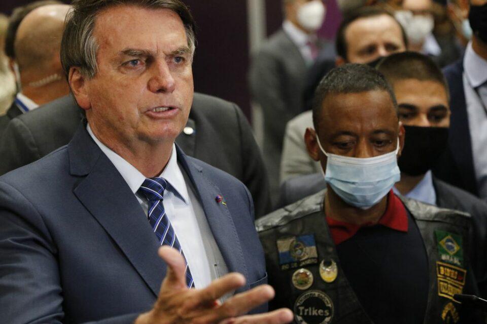 Rio de Janeiro - O presidente da República, Jair Bolsonaro, recebe o motorista Robson Oliveira, que estava preso na Rússia, no aeroporto do Galeão.