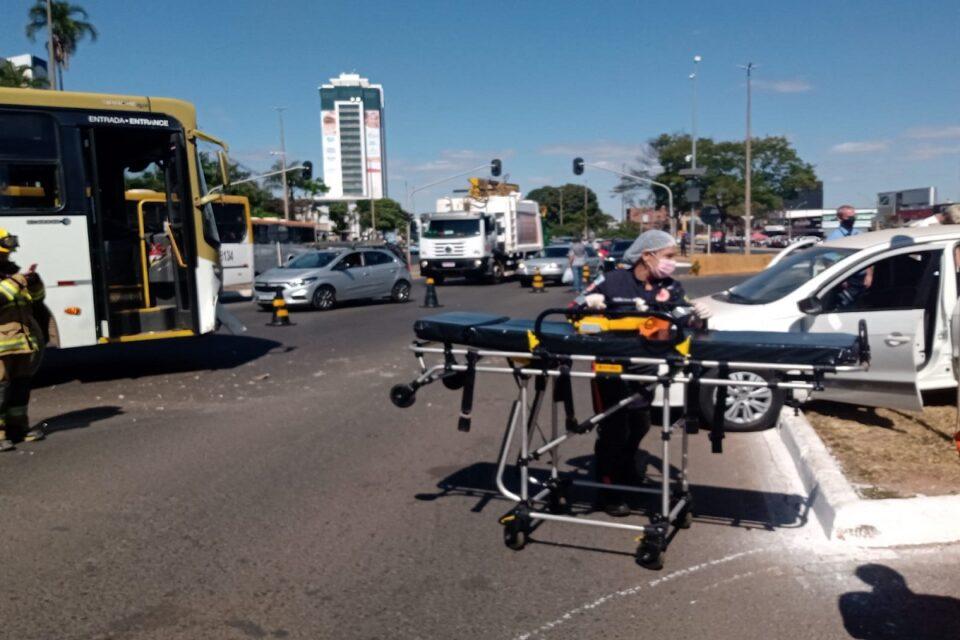 Acidente entre ônibus e carro deixa uma pessoa ferida