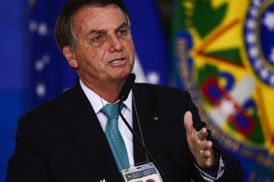 Presidente Jair Bolsonaro discursando e gesticulando