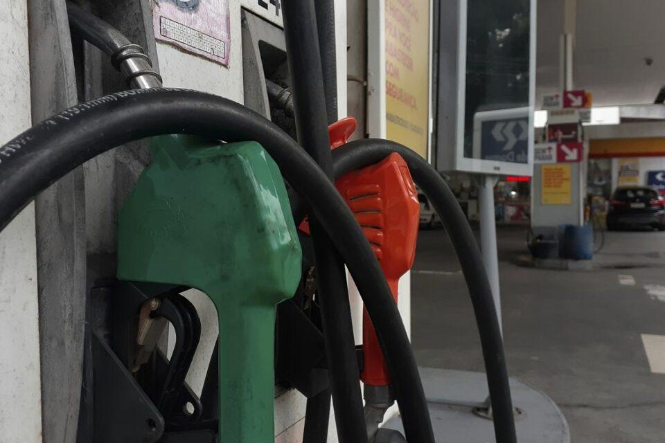 Bombas de combustível em posto de gasolina