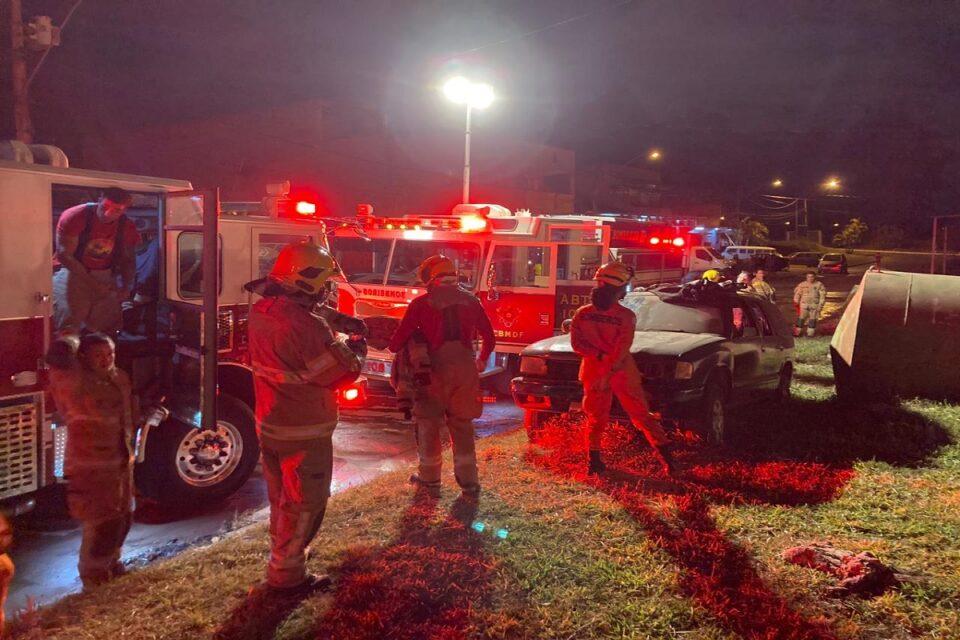 Incêndio atinge sete carros que estavam dentro de lote